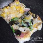 もちピザ[ツナコーンとベーコンマッシュルームのハーフ&ハーフ]