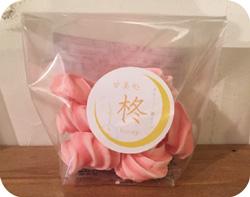 写真:ピンクのメレンゲが複数入ったパッケージ