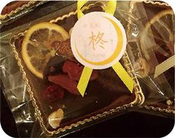 写真:正方形のタブレットチョコの上にドライフルーツがデコレーション