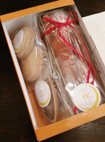 写真:オレンジのBOX入り焼き菓子3個とパウンドケーキのセット